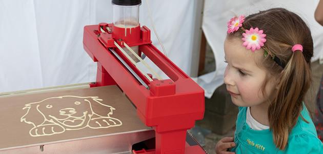 Dit meisje ziet haar eigen pannenkoek geprint worden!