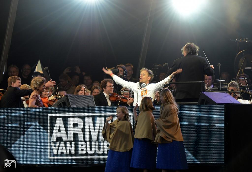 Koninklijk gezin spontaan op podium