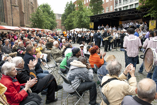 Kleurrijk muziekspektakel in Haagse binnenstad